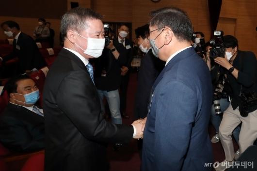 [사진]악수하는 홍선근 회장-김태년 원내대표