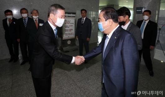 [사진]인사 나누는 홍선근 회장-문희상 국회장