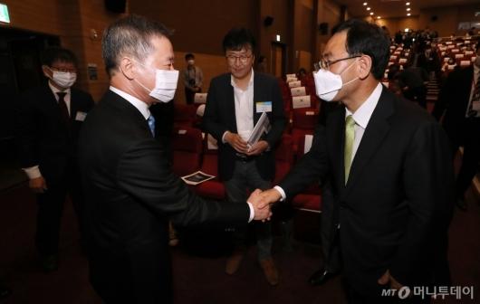 [사진]악수하는 홍선근 회장-주호영 원내대표