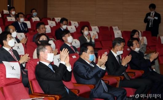 [사진]박수치는 '대한민국 4.0 포럼' 참석자들