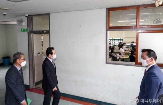 [사진]고3 교실 바라보는 정세균 총리