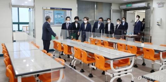 [사진]고3 학생들 급식실 둘러보는 정세균 총리