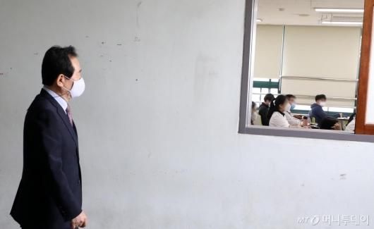 [사진]학생들 바라보는 정세균 총리