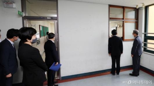 [사진]고3 수업 바라보는 정세균 총리