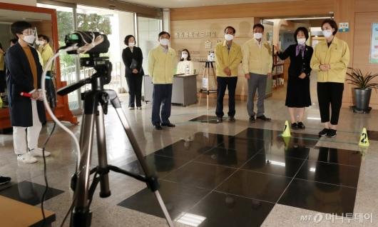 [사진]유은혜 부총리, 27일 등교 앞두고 학교 점검