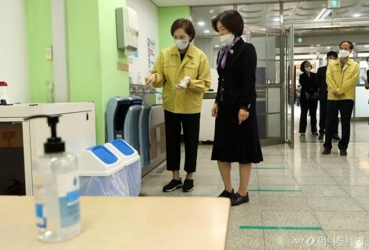 [사진]유은혜 부총리, 급식실 방역 상황 점검