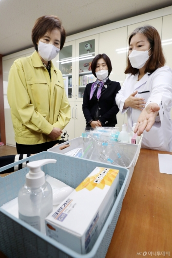 [사진]유은혜 부총리, 학교 내 일시적관찰실 점검