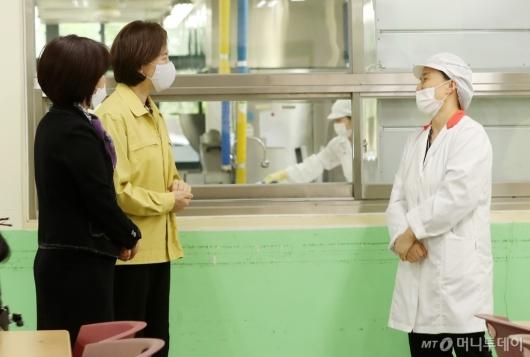 [사진]급식실 방역상황 점검 나선 유은혜 부총리