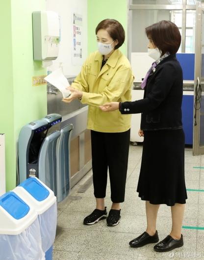 [사진]급식실 점검 전 손 씻는 유은혜 부총리
