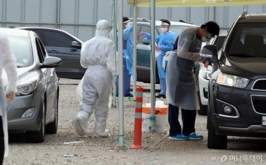 [사진]지역 내 감염 막기 위해 분주한 의료진들