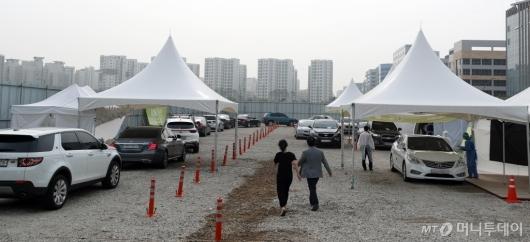 [사진]차량들 붐비는 이대서울병원 드라이브스루 선별진료소