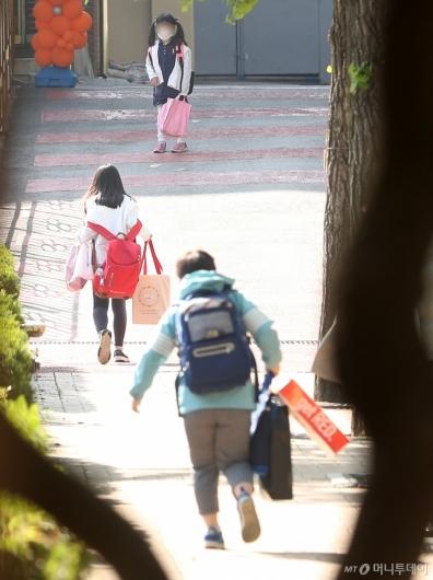 [사진]첫 등교, 신나는 발걸음