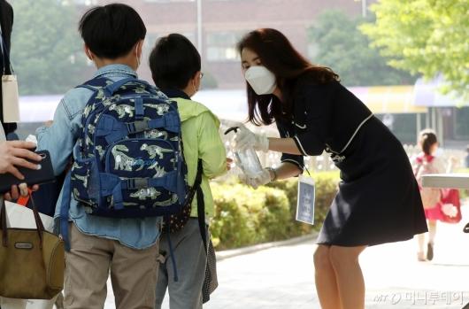 [사진]등굣길 손 소독하는 초등학생들