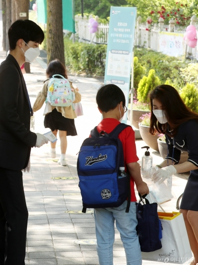 [사진]초등학생 등교 첫날, 발열검사와 손소독