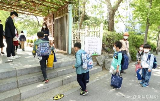 [사진]거리두며 등교하는 초등학생들