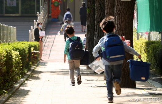 [사진]초등학생 첫 등교