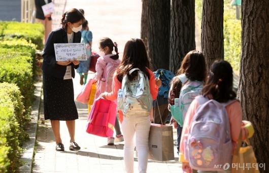 [사진]초등학교 1-2학년 첫 등교