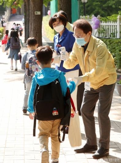 [사진]초등학생들 체온 측정하는 조희연 교육감
