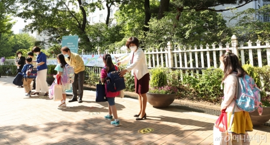 [사진]초등학생 올해 첫 등교
