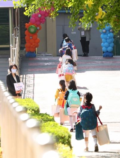 [사진]올해 첫 등교하는 초등학생들