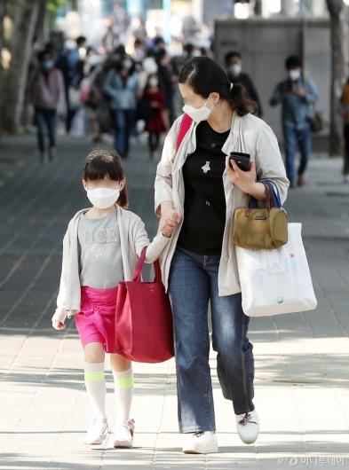 [사진]엄마 손 잡고 첫 등굣길