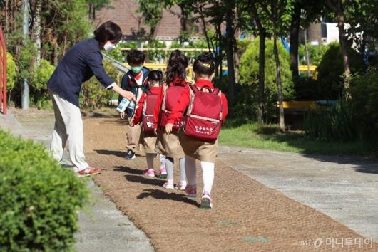 [사진]거리두기 지키며 등원하는 아이들