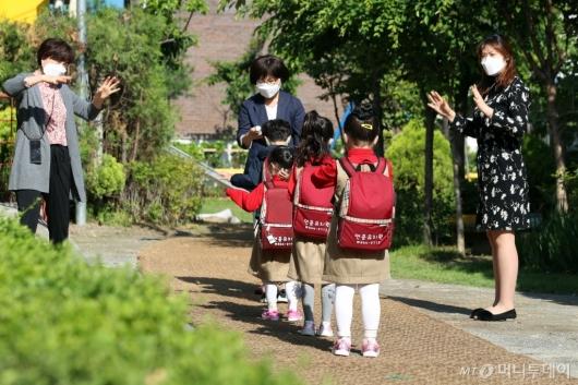 [사진]아이들 반기는 선생님들