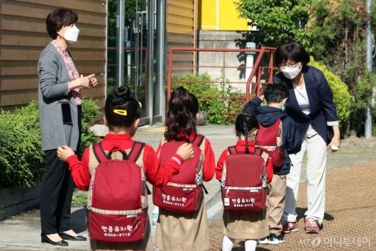 [사진]거리두기 지키며 발열체크 받는 유치원생들