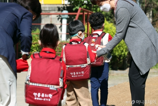 [사진]손소독제 바르는 유치원생들