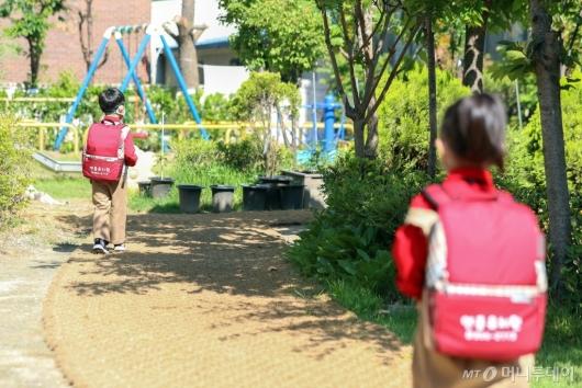 [사진]거리두기 지키며 등원하는 유치원생들