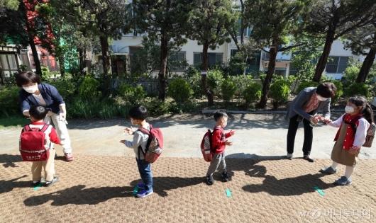 [사진]'유치원생 등원 시작'