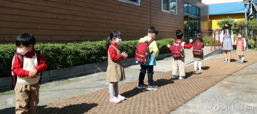 [사진]거리두기 지키는 유치원생들