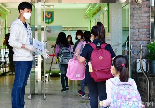 [사진]학교 내부에서 2차 발열검사