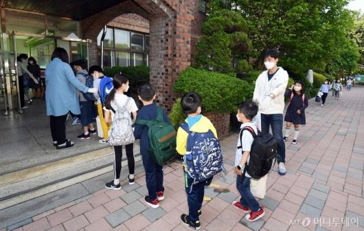 [사진]첫 등교, 줄지어 선 학생들