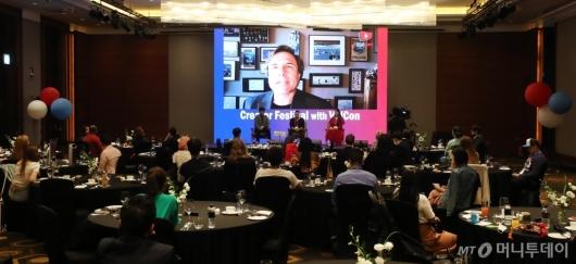 [사진]화상대담하는 짐 로우더백 VidCon 대표
