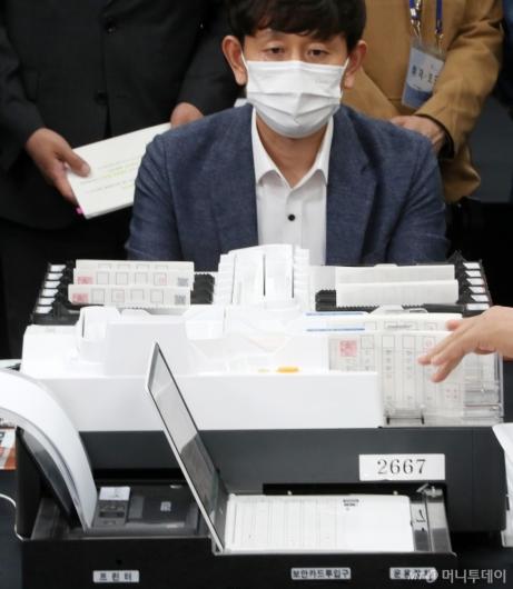 [사진]사전투표 및 개표 공개 시연하는 선관위