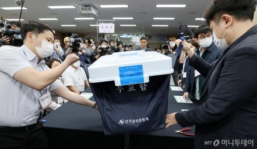 [사진]선관위 '부정선거 의혹' 관련 개표 공개 시연