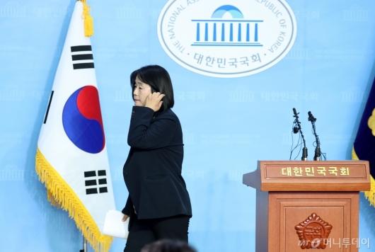 [사진]해명 기자회견 마친 윤미향
