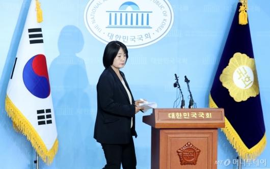 [사진]해명 기자회견 입장하는 윤미향 당선인