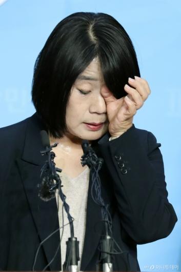[사진]땀 흘리는 윤미향 당선인