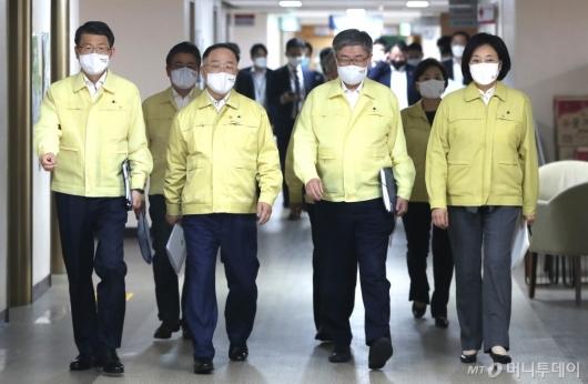 [사진]경제정책방향 합동브리핑 참석하는 관계부처 장관들