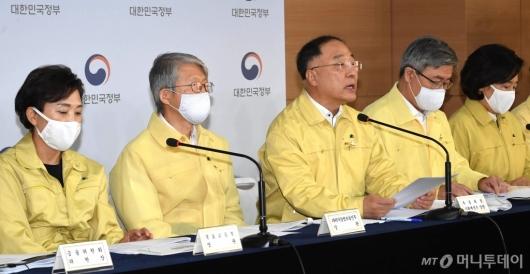 [사진]하반기 경제정책방향 발표하는 홍남기 부총리