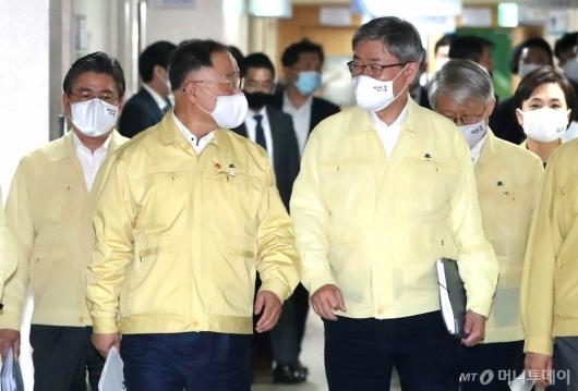 [사진]이야기하는 홍남기 부총리-이재갑 장관