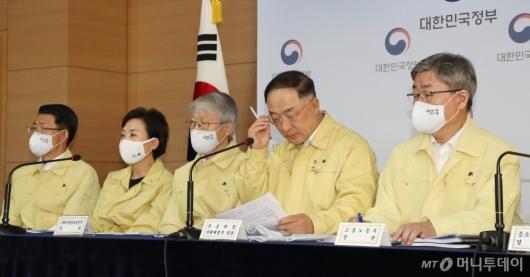[사진]경제정책방향 자료 살피는 홍남기 부총리