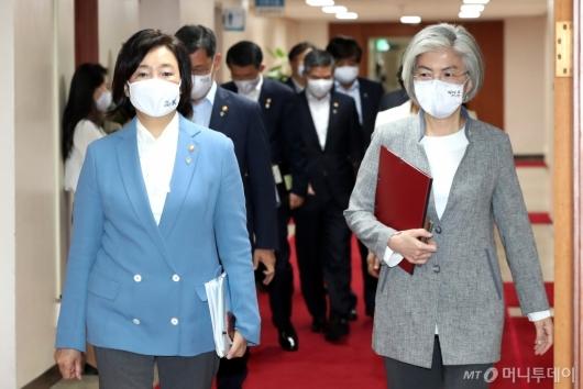 [사진]국무회의 참석하는 박영선-강경화 장관