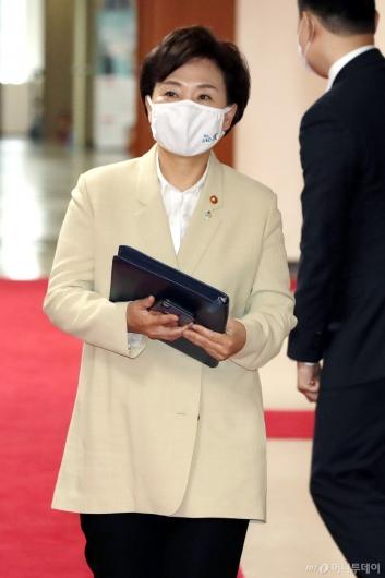 [사진]국무회의 참석하는 김현미 장관
