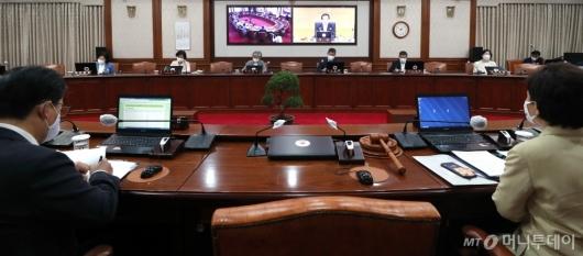 [사진]정세균 총리 발언 듣는 국무위원들