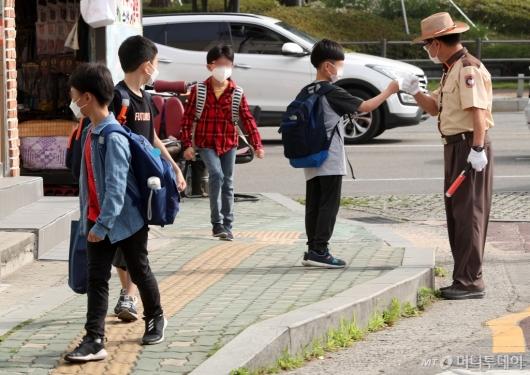 [사진]등교하는 초등학생들