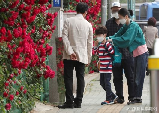 [사진]장미와 함께한 첫 등교