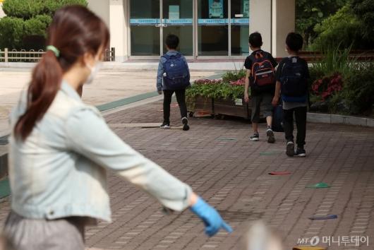 [사진]거리두기 실천하며 3차 등교